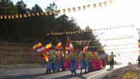 Các bạn trẻ hoan hỷ rước xe hoa đón mừng mùa Phật đản tại chùa Ba Vàng