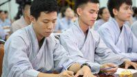 Phật tử Phạm Thị Yến chia sẻ với các cư sĩ tập tu xuất gia