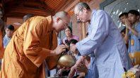 Chư Tăng chùa Ba Vàng khất thực