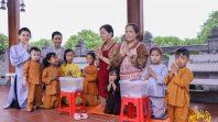 Phật tử CLB Cúc Vàng trợ duyên Phật tử và nhân dân sớt bát cúng dường Chư Tăng