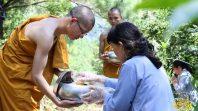 CLB Cúc Vàng sớt bát cúng dường Chư Tăng chùa Ba Vàng để hóa giải cơn bão Mangkhut