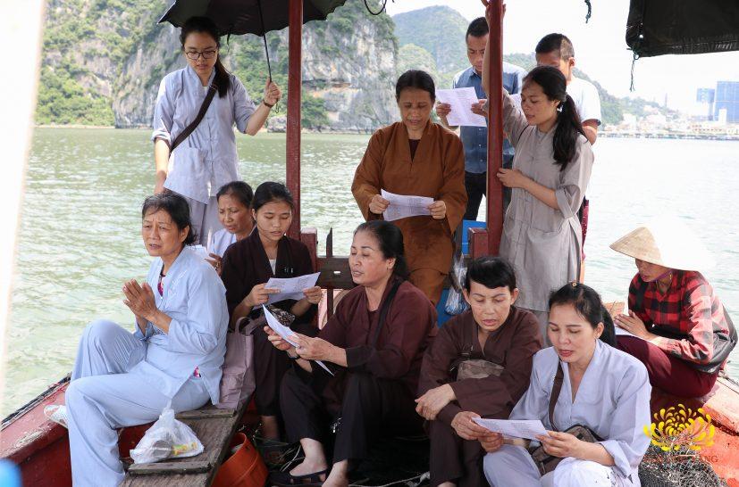 Phật tử CLB Cúc Vàng - do cô Phạm Thị Yến làm chủ nhiệm - thực hành phóng sinh
