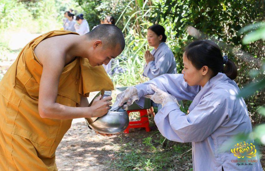 Phật tử CLB Cúc Vàng sớt bát cúng dường chư Tăng hồi hướng chuyển hóa siêu bão Mangkhut