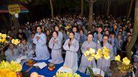 Cô Phạm Thị Yến (Tâm Chiếu Hoàn Quán) hướng dẫn phật tử tụng kinh Công Đức Xây Đại Bảo Tháp