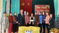 Cô Phạm Thị Yến ( Tâm Chiếu Hoàn Quán) trao qùa từ thiện tại phường Quang Trung- Uông Bí- Quảng Ninh.