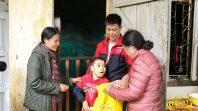 Cô Phạm Thị Yến (Tâm Chiếu Hoàn Quán) Chùa Ba Vàng trao quà từ thiện tại phường Thanh Sơn- Uông Bí- Quảng Ninh.