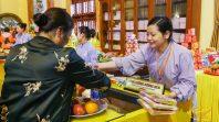 Phật tử ban huơng đăng tỷ mỉ hướng dẫn du khách