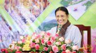 Cô Phạm Thị Yến (Tâm Chiếu Hoàn Quán) chia sẻ Pháp cho các phật tử trong CLB