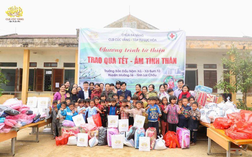 CLB Cúc Vàng từ thiện tại điểm trường Bản Đầu Nậm Xả - thuộc xã Bum Tở, huyện Mường Tè, tỉnh Lai Châu.