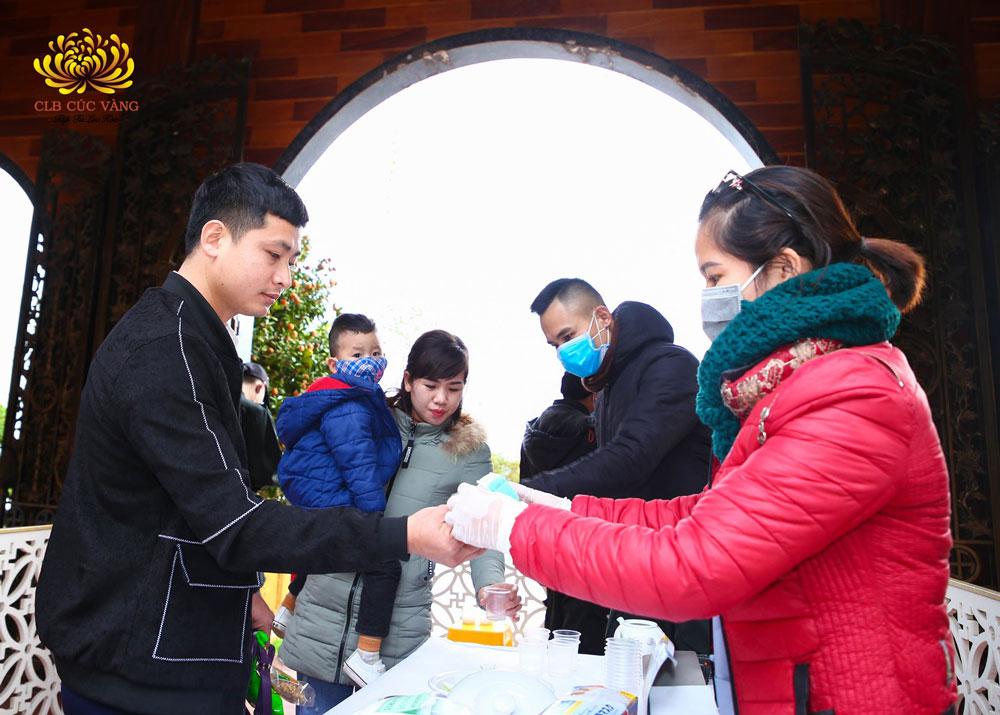 Nhà chùa chuẩn bị khẩu trang, nước gừng, hành tây cho du khách phòng chống dịch bệnh