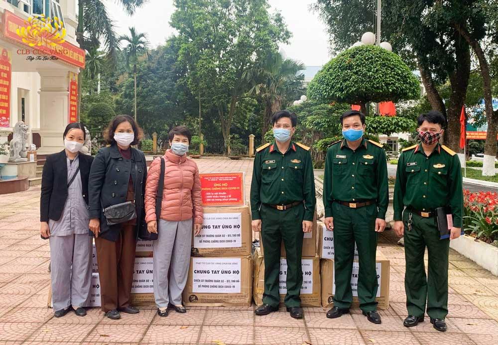 Phật tử trong CLB Cúc Vàng - Tập Tu Lục Hòa chụp ảnh lưu niệm cùng với các Ban giám hiệu Trường Quân sự Bộ Tư lệnh Thủ đô