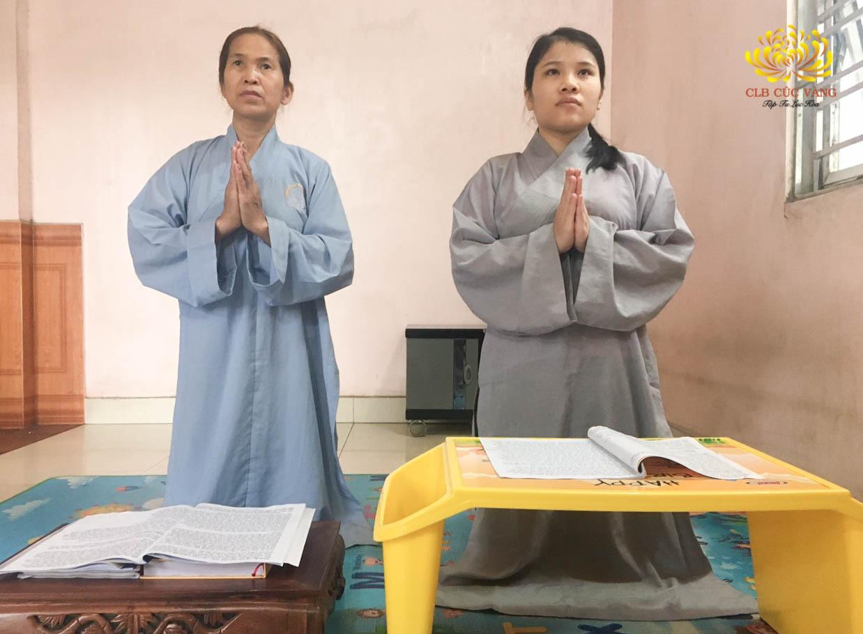 Phật tử Đặng Thị Hậu cùng mẹ tu tập tại nhà theo sự chỉ dạy của Sư Phụ cùng chư Tăng và sự hướng dẫn của Cô chủ nhiệm Phạm Thị Yến