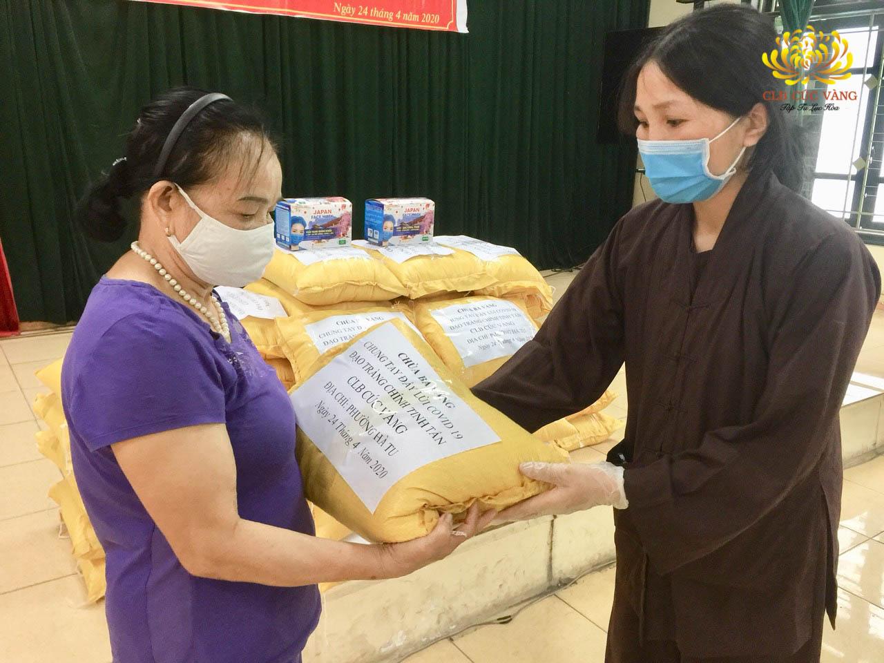 Phật tử đạo tràng Chính Tinh Tấn trao tặng gạo cho người dân có hoàn cảnh khó khăn