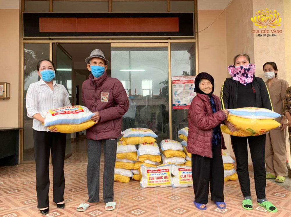 Phật tử CLB Trúc Hải phát tặng 4 tạ gạo cho các hộ khó khăn tại xã Kỳ Sơn, Thủy Nguyên, Hải Phòng