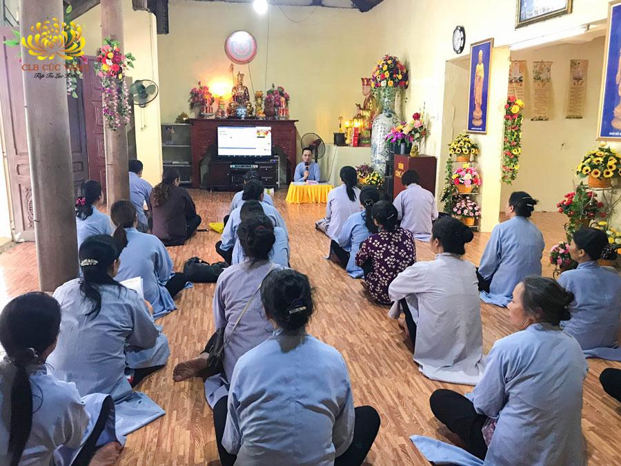 Ban cán sự đạo tràng Minh Hạnh - Bắc Ninh họp bàn và hướng dẫn các Phật tử thực hành nghi thức cúng lễ khai đàn, tuần thất