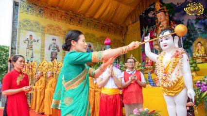 Cô Phạm Thị Yến chủ nhiệm CLB Cúc Vàng - Tập Tu Lục Hòa dâng nước cúng dường tắm tôn tượng Đức Phật