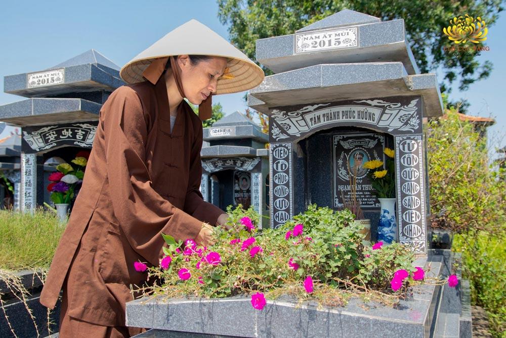 Vào ngày Rằm tháng bảy, người Việt Nam thường có phong tục cúng rằm tháng 7 tại mộ để tưởng nhớ tới người thân đã khuất
