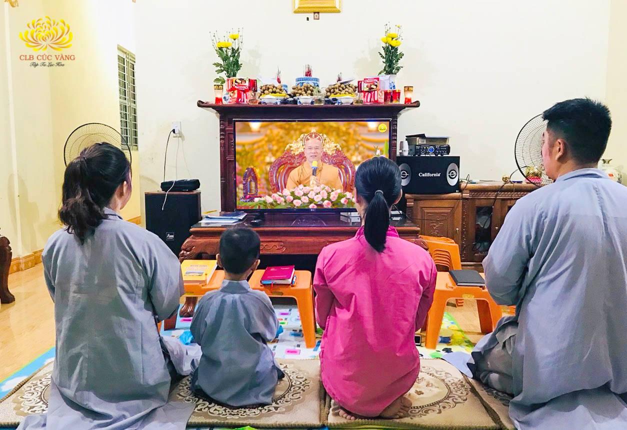 Gia đình Phật tử cùng nhau nghe Pháp trực tuyến từ Sư Phụ Thích Trúc Thái Minh