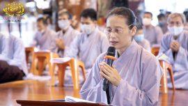 Cô Phạm Thị Yến – chủ nhiệm CLB Cúc Vàng trong thời khóa tụng kinh kết đàn chương trình tu tập theo 3 tháng an cư của Chư Tăng