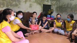 Phật tử đại diện đạo tràng đã đến thăm hỏi, động viên và tặng phần quà trị giá 1.000.000 VNĐ (một triệu đồng chẵn) cùng vở mới để san sẻ khó khăn với gia đình cháu.