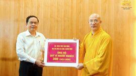 """Thay mặt chư Tăng Ni, Phật tử chùa Ba Vàng, Sư Phụ Thích Trúc Thái Minh đã trao tặng quỹ """"Vì người nghèo"""" và đồng bào bị thiên tai với số tiền là 300 triệu đồng."""