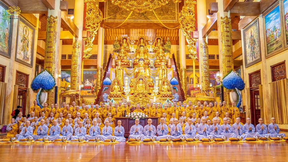Các Tân hình đồng chụp ảnh cùng Sư Phụ và chư Tăng chùa Ba Vàng