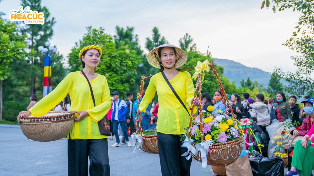 Các Phật tử hân hoan về chùa tham gia Lễ hội Hoa cúc
