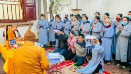 Chư Tăng tác lễ cho gia đình Phật tử