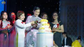 Cô Phạm Thị Yến cùng trưởng Đạo tràng và các thành viên trong Ban cán sự cắt bánh sinh nhật
