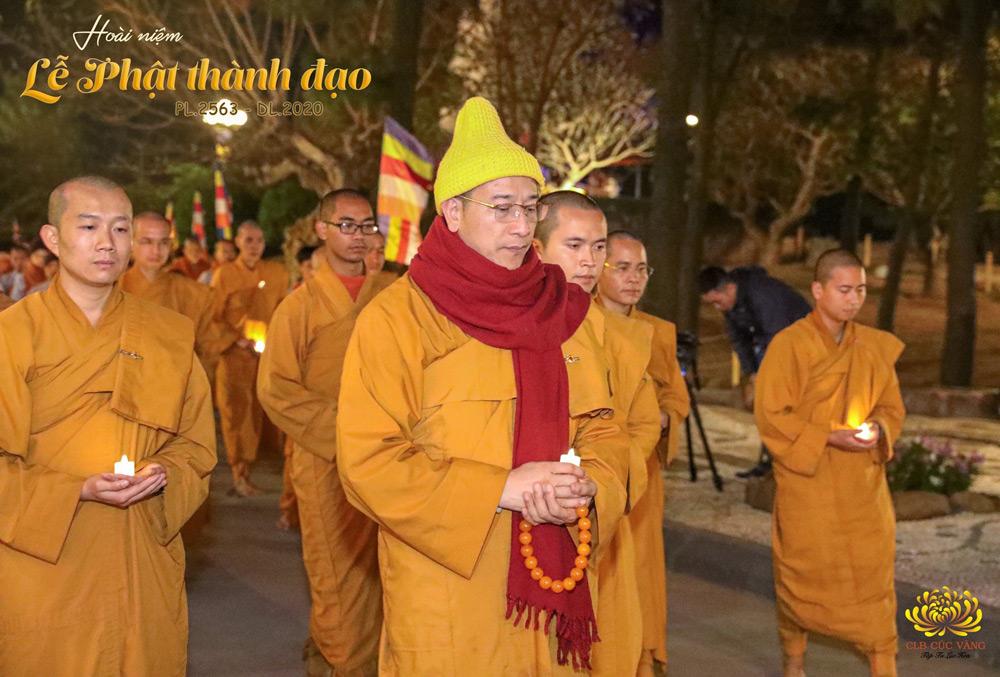 Sư Phụ cùng chư Tăng và các Phật tử chùa Ba Vàng thiền hành trong đêm kính mừng Phật thành đạo