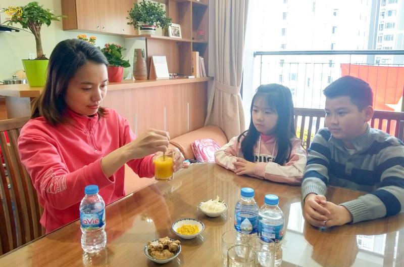 Gia đình uống nước nghệ để phòng bệnh