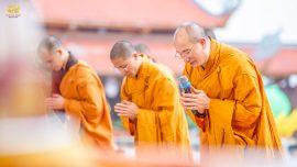 Tại chùa, Sư Phụ cùng chư tôn đức Tăng chùa Ba Vàng niêm hương bạch Phật trong buổi khai đàn Dược Sư Cầu Tiêu Tai Diên Thọ.