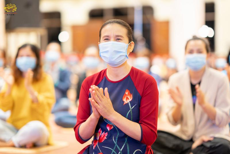 Cô Phạm Thị Yến cùng các Phật tử thưởng thức các tiết mục văn nghệ trong chương trình.