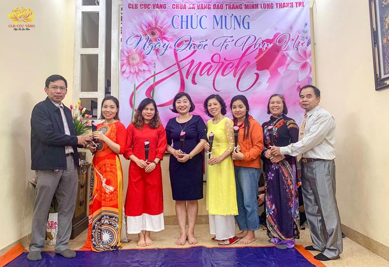 """Đại diện """"phái mạnh"""" lên tặng hoa cho các Phật tử nữ nhân ngày 08/3."""