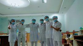 Hình ảnh Phật tử Minh (nhân viên y tế) chụp cùng với các đồng nghiệp hỗ trợ trong khu cách ly của huyện nhà