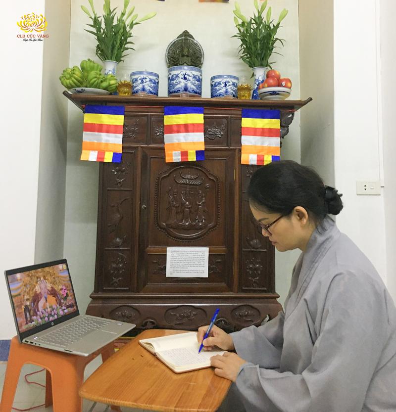 Phật tử Minh Loan Nguyễn lắng nghe và ghi chép những lời Pháp nhũ của Sư Phụ Thích Trúc Thái Minh