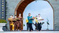 Cô Phạm Thị Yến cùng đại diện các Phật tử dâng vật phẩm, hoa trái, các loại bánh dân gian cúng dường Tam Bảo.