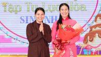 Phật tử Trần Thị Mai chụp hình lưu niệm cùng Cô chủ nhiệm
