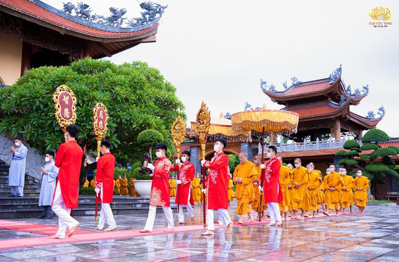 Các Phật tử trẻ trong CLB Cúc Vàng đang tu tập cấm túc tại chùa Ba Vàng trang nghiêm cung nghinh Sư Phụ cùng chư tôn đức Tăng tiến về ngôi Đại hùng bảo điện