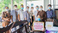 Được sự hỗ trợ từ ban lãnh đạo phường Quang Trung, Cô Phạm Thị Yến cùng đoàn Phật tử đã tới nhà và trao 20 triệu đồng hỗ trợ làm mái tôn cho gia đình bác Nguyễn Kế Chiến.